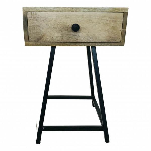 Nachtkastje van Wood & iron met een minimaal metalen frame en een massief houten lade