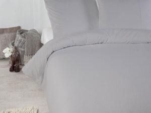 Bed opgedekt met grijs dekbedovertrek mendoza van Papillon met wafelstructuur