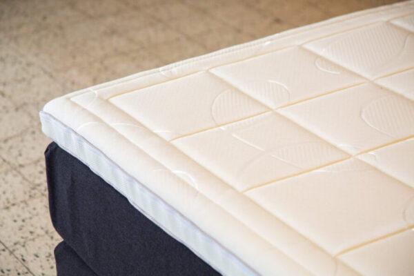 witte topper van boxspring met blokken patroon