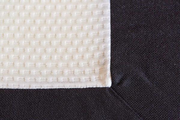 hoek van matras met witte spiegel