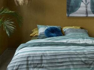 bed opgedekt met dekbedovertrek moulin in de kleur groen