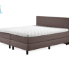 bruin bed met witte topper