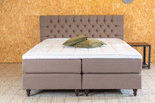 licht bruin tweepersoons bed met een geknoopt hoofdbord en landelijke poten