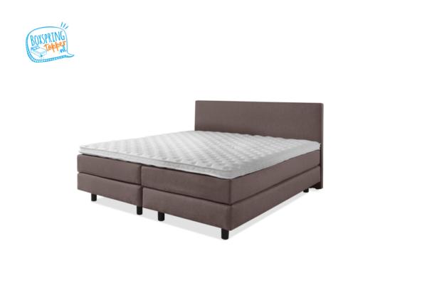 bruin bed 180x200 cm met gestofeerde matrassen en een wit topmatras