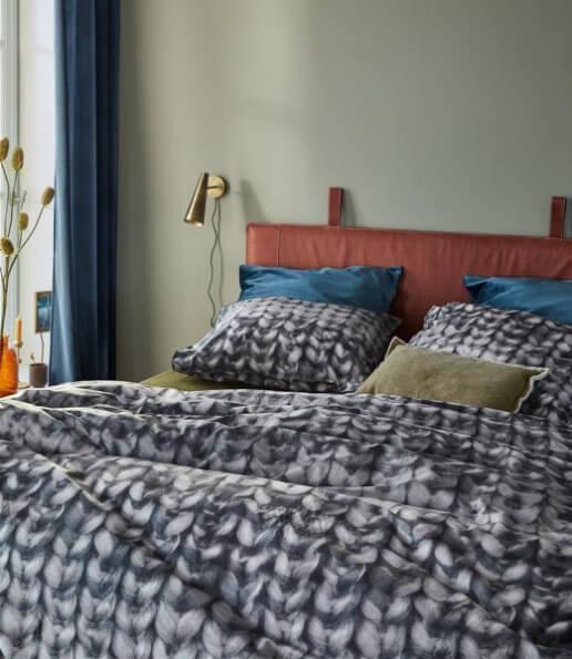 Bed opgedekt met antraciet dekbedovertrek met wol print gladstone