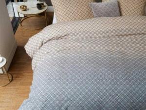 bed opgedekt met grijs beige dekbedovertrek lunas van beddinhouse