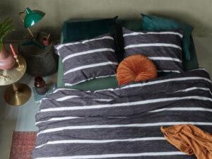 opgedekt bed met dekbedovertrek daily in de kleur antraciet en witte strepen