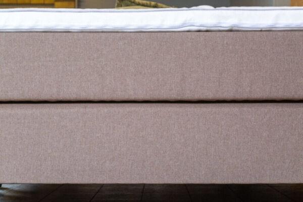 zijkant van een boxspring pocketmatras en pocket geveerde box in een lichtbruine kleur