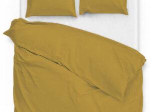 dekbedovertrek in de kleur oker geel met bijpassende kussenslopen