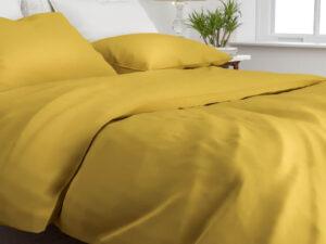bed opgedekt met dekbedovertrek satinado ochre gold van Zo! Home