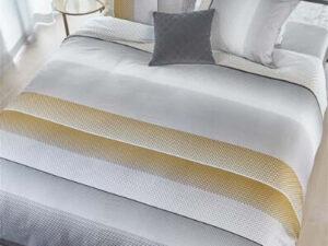 bed opgedekt met dekbedovertrek Tibbe grey van beddinghouse
