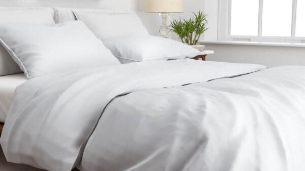 bed opgedekt met een lichtgrijs dekbedovertrek van katoen-satijn 240x220