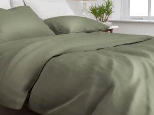 bed opgedekt met dekbedovertrek satinado van Zo! Home in de kleur army green