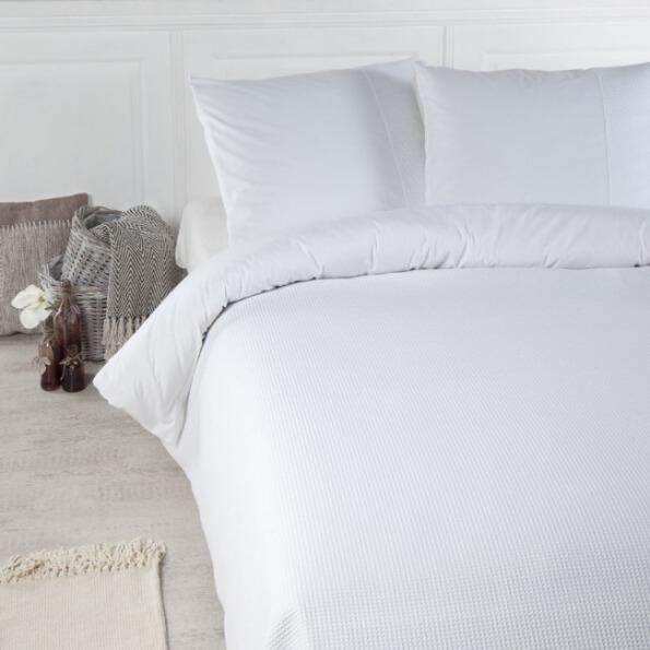 bed opgedekt met een wit dekbedovertrek van Papillon mendoza