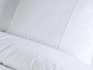 detail van dekbedovertrek kussenslopen papillon mendoza in de kleur wit