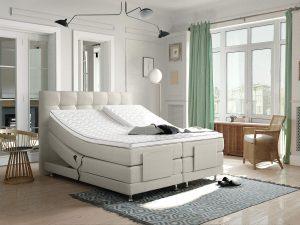 verstelbare boxspring met het hoofdeinde omhoog opgesteld in een slaapkamer